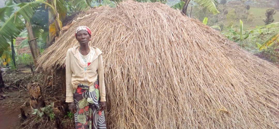 BURUNDI : Mme SINGIRANKABO habite une hutte traditionnelle à BUGENDANA / GITEGA