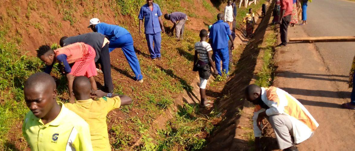 BURUNDI : TRAVAUX DE DEVELOPPEMENT COMMUNAUTAIRE – Défricher les abords des routes en zone KIRUNDO