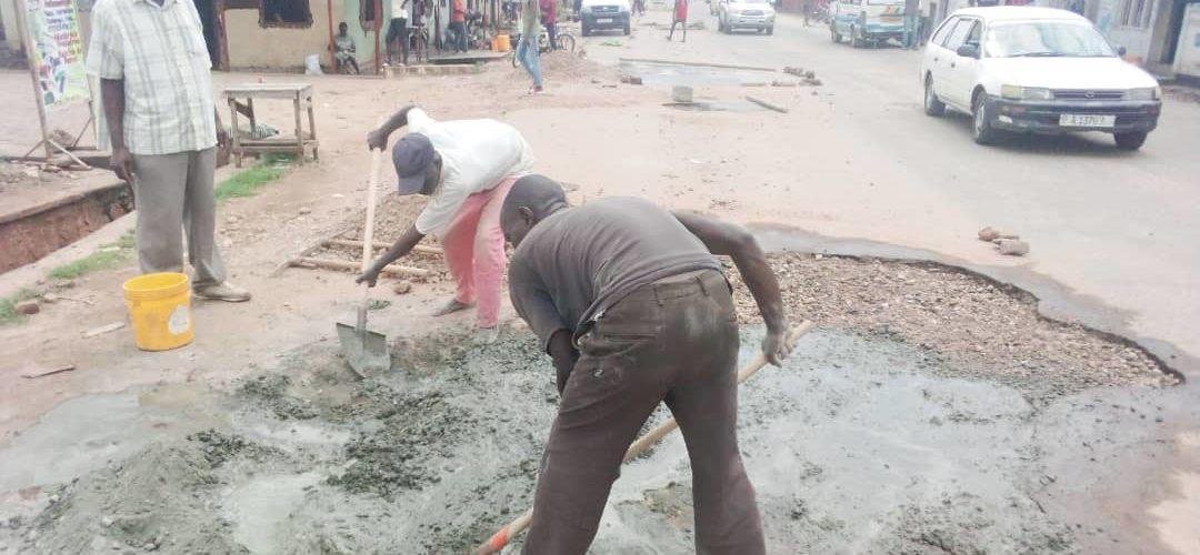 BURUNDI : Réparation des nids-de-poule de NYAKABIGA à MUKAZA / BUJUMBURA