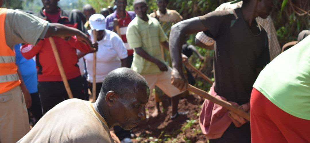 BURUNDI : TRAVAUX DE DÉVELOPPEMENT COMMUNAUTAIRE – Déboucher le caniveau sur la route MBUYE-BUKEYE / MURAMVYA