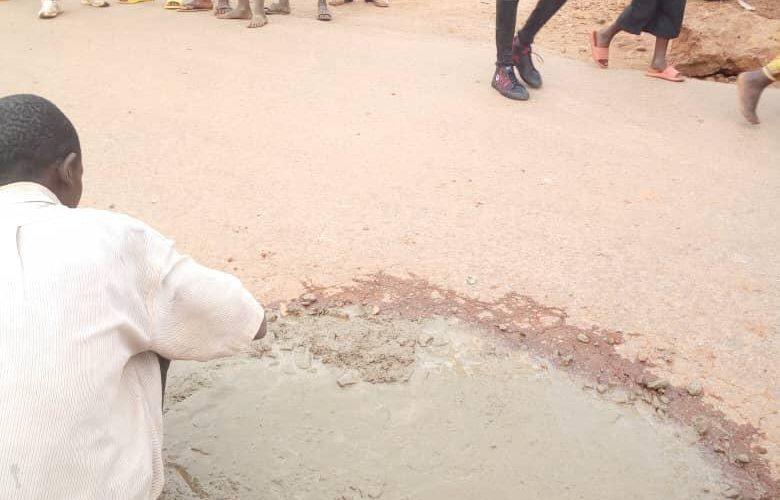 BURUNDI : Boucher des nids de poule sur la RN1 à BUKEYE / MURAMVYA