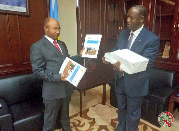 Le Président de la CVR remet au 1er Ministre le rapport annuel des réalisations