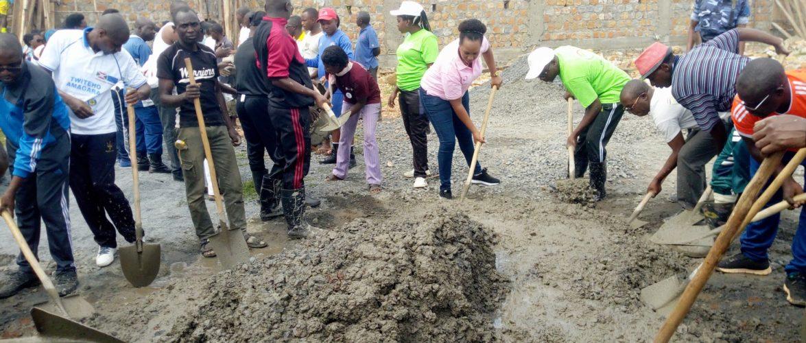 BURUNDI : TRAVAUX DE DEVELOPPEMENT COMMUNAUTAIRE – Les citoyens de CANKUZO mobilisés restaurent le STADE BUHUMUZA