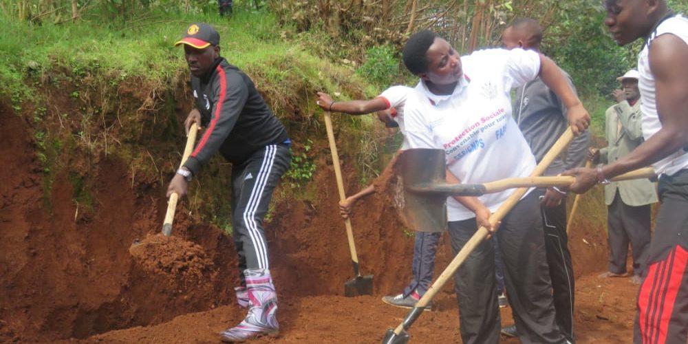 BURUNDI : TRAVAUX DE DEVELOPPEMENT COMMUNAUTAIRE – Réparer des nids-de-poule et tracer des caniveaux à MBUYE / MURAMVYA