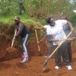 BURUNDI : TRAVAUX DE DEVELOPPEMENT COMMUNAUTAIRE - Réparer des nids-de-poule et tracer des caniveaux à MBUYE / MURAMVYA