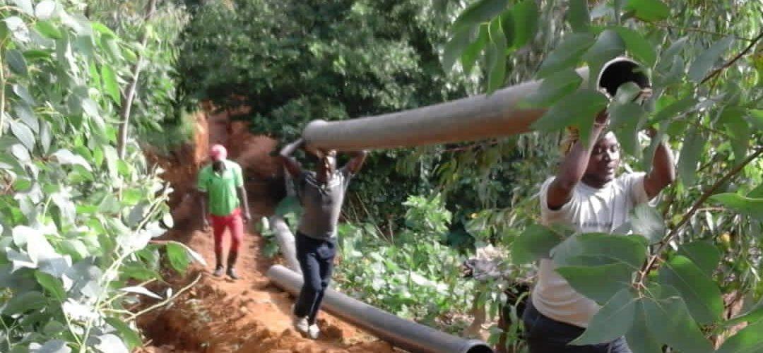 BURUNDI : TRAVAUX DE DEVELOPPEMENT COMMUNAUTAIRE – Poser de longs tuyaux de conduite d'eau sur environ 2,25 Km / CIBITOKE