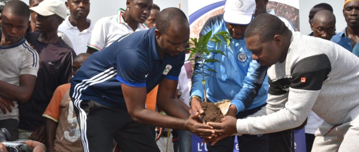 BURUNDI : Planter des arbres sur le BOULEVARD MWEZI GISABO à NTAHANGWA / BUJUMBURA