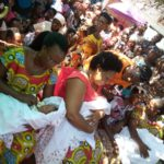 BURUNDI : Visite des BAKENYERERARUGAMBA à une famille de triplets à RUGOMBO / CIBITOKE