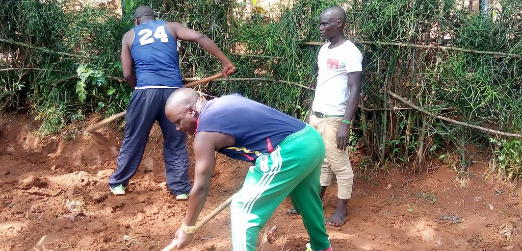 BURUNDI : TRAVAUX DE DEVELOPPEMENT COMMUNAUTAIRE – Les IMBONERAKURE ré-aménagent la route vers RUHEHE à BUGARIRA / KIRUNDO