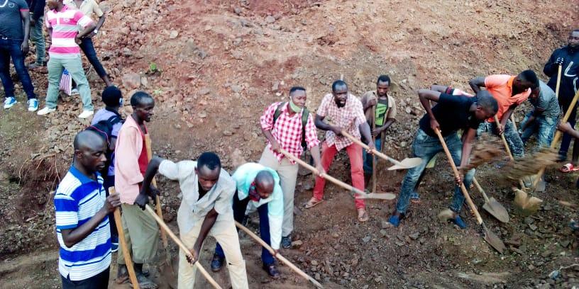 BURUNDI : TRAVAUX DE DEVELOPPEMENT COMMUNAUTAIRE  – Réparer une route sur la colline RUKONWE à MABANDA, MAKAMBA