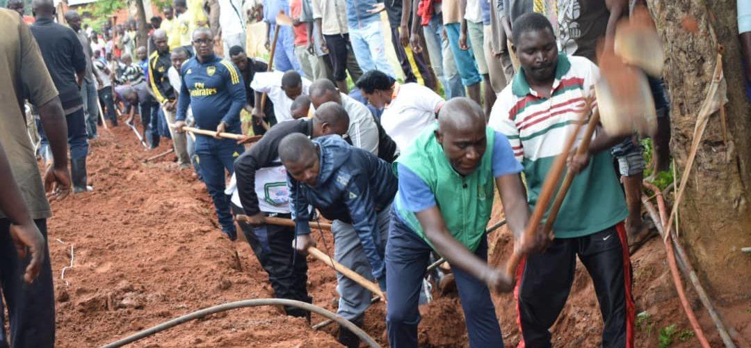 BURUNDI : TRAVAUX DE DEVELOPPEMENT COMMUNAUTAIRE – Tracer un caniveau en colline BUKEYE, NYANZA-LAC / MAKAMBA