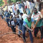 BURUNDI : TRAVAUX DE DEVELOPPEMENT COMMUNAUTAIRE - Tracer un caniveau en colline BUKEYE, NYANZA-LAC / MAKAMBA