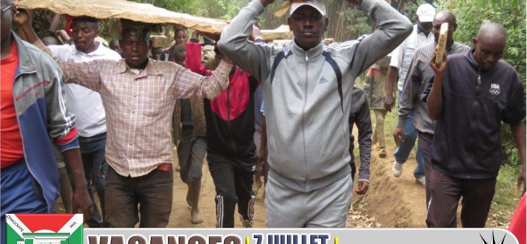 BURUNDI : TRAVAUX DE DEVELOPPEMENT COMMUNAUTAIRE – Transporter des pierres destinées à l' ECOFO de BUSIMBA / MURAMVYA
