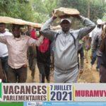 BURUNDI : TRAVAUX DE DEVELOPPEMENT COMMUNAUTAIRE - Transporter des pierres destinées à l' ECOFO de BUSIMBA / MURAMVYA