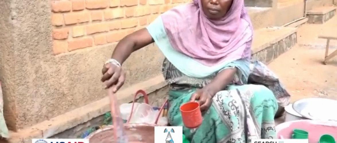 BURUNDI : SIBOMANA Chantal, vendeuse de bouillie à NYANZA-LAC / MAKAMBA
