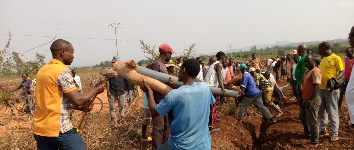 BURUNDI : TRAVAUX DE DEVELOPPEMENT COMMUNAUTAIRE – Placer des tuyaux menant l'eau potable aux maisons de RUGOMBO / CIBITOKE