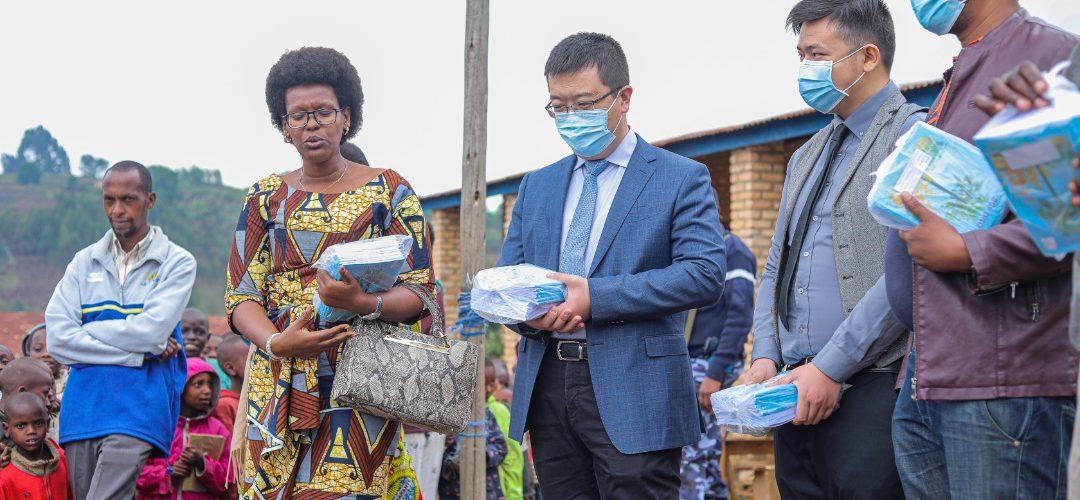 BURUNDI: Remise de 6.000 cahiers aux écoles comunales de MUGONGOMANGA / BUJUMBURA