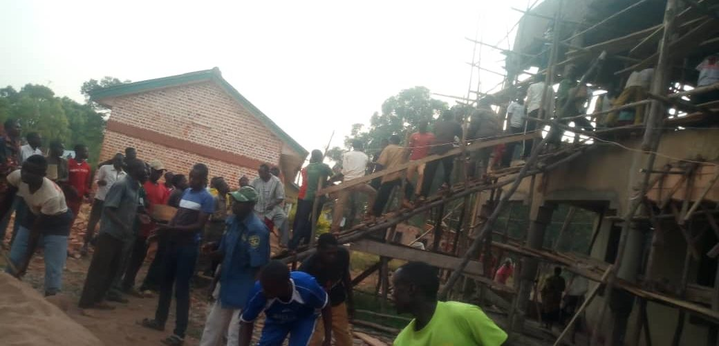 BURUNDI : TRAVAUX DE DEVELOPPEMENT COMMUNALE – Les IMBONERAKURE de VUMBI construisent LE BUREAU COMMUNAL / KIRUNDO