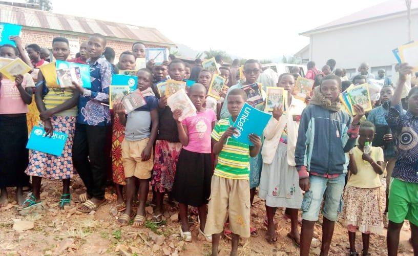 BURUNDI : Le Gouverneur offre du matériel scolaire aux enfants démunis à MUSONGATI / RUTANA