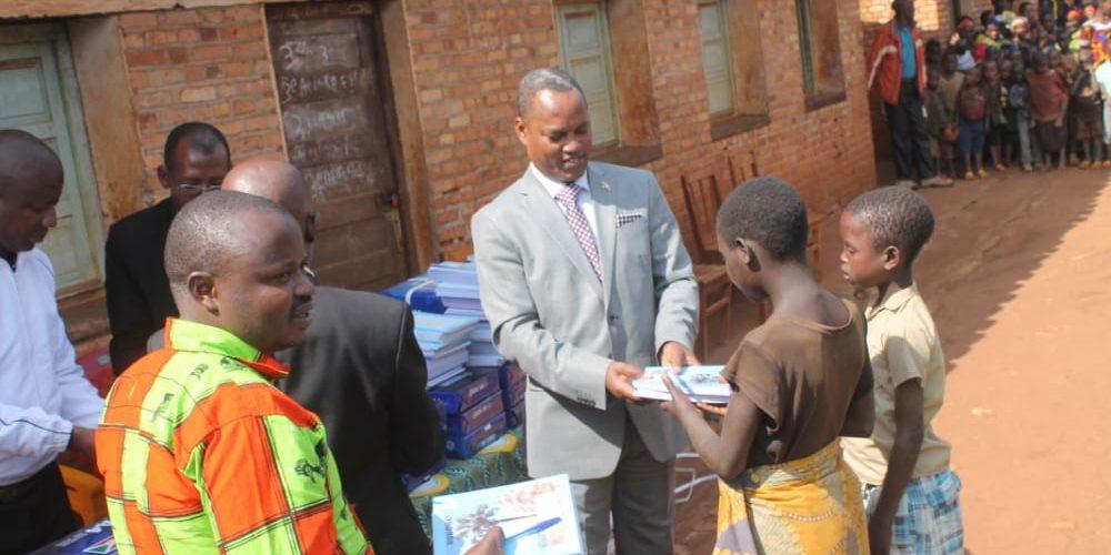 BURUNDI : L'OMBUDSMAN distribue du matériel scolaire en colline MIKONI / KAYANZA
