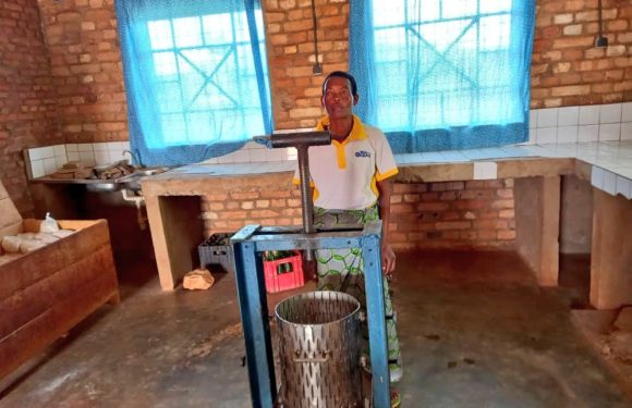 BURUNDI : AKAYAZWE vend vin d'ananas et farine pour bouillie à MUTAHO / GITEGA