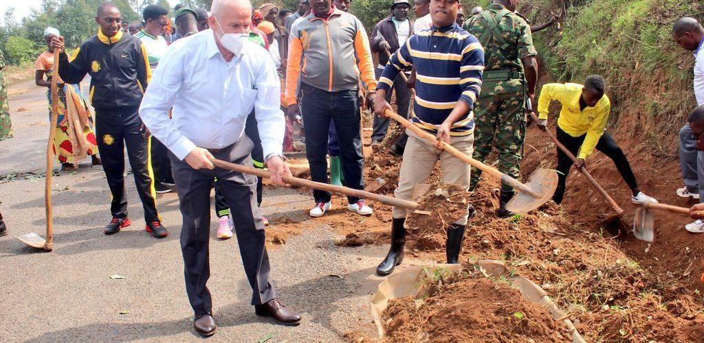 BURUNDI : TRAVAUX DE DEVELOPPEMENT COMMUNAUTAIRE – Curer les caniveaux le long de la route RN6 à KAYANZA