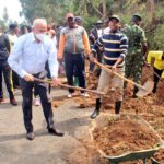 BURUNDI : TRAVAUX DE DEVELOPPEMENT COMMUNAUTAIRE - Curer les caniveaux le long de la route RN6 à KAYANZA